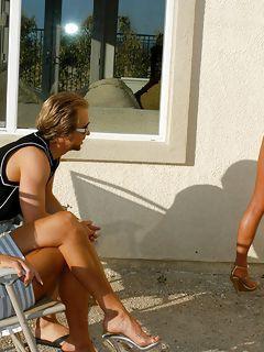 Порнозвезды в мини бикини трахались в жесткой групповухе