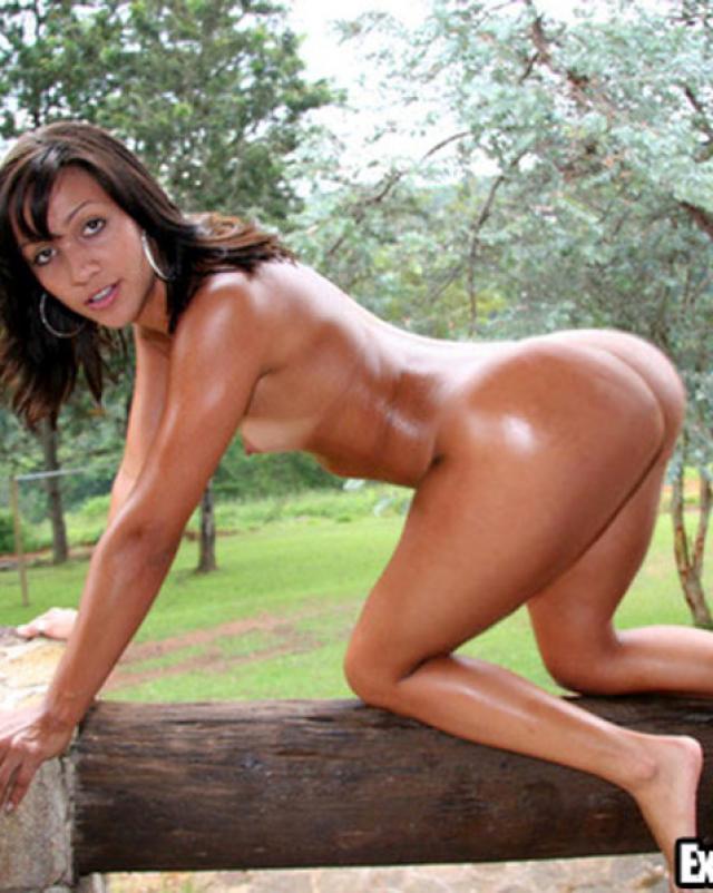 Девушка в мини бикини с бронзовым загаром принимает на себя много спермы