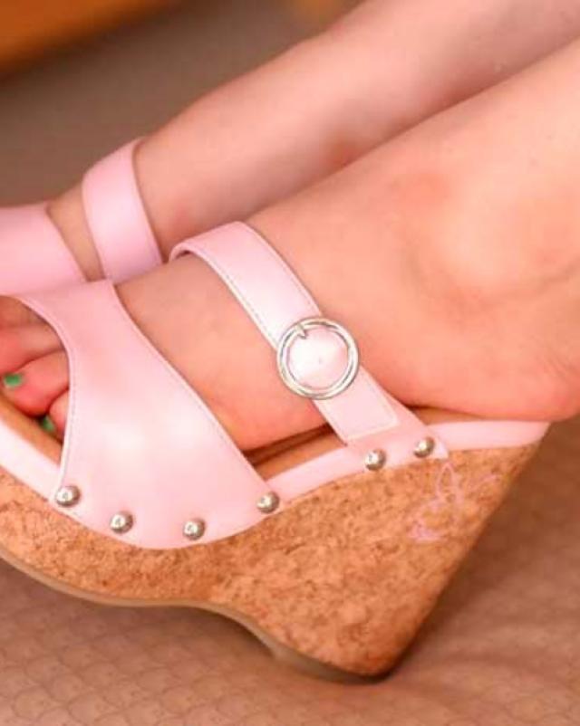 Фигуристая блондинка в розовых трусиках показывает дойки