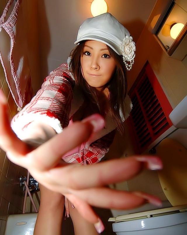 Японка в трусиках показывает мохнатую писю
