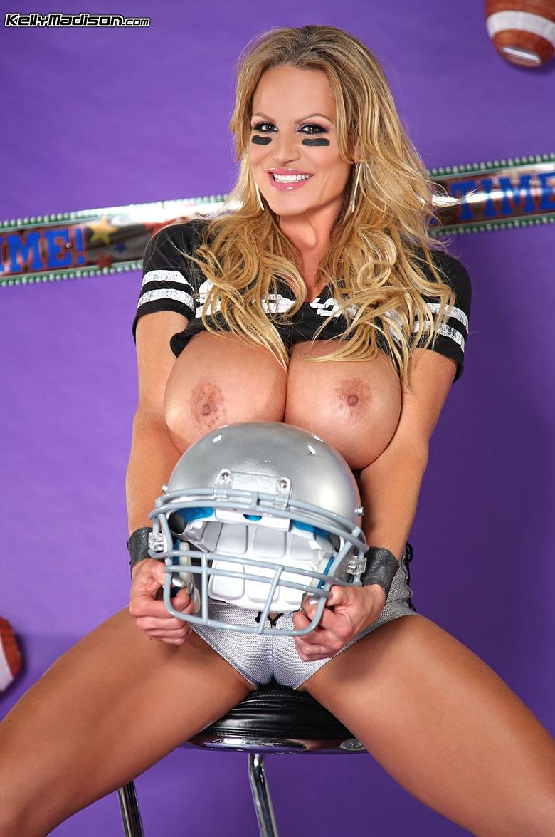 Порно звезда раздевается в футбольной униформе