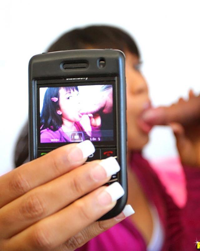 Негритянка в розовых трусиках берет большой член за щеку