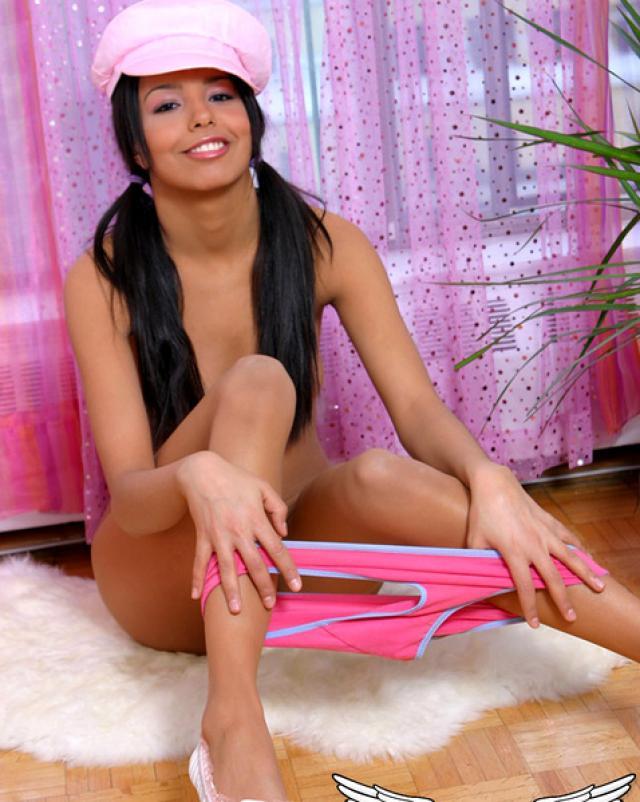 Красивая девушка скрывает дырочку за розовыми трусами