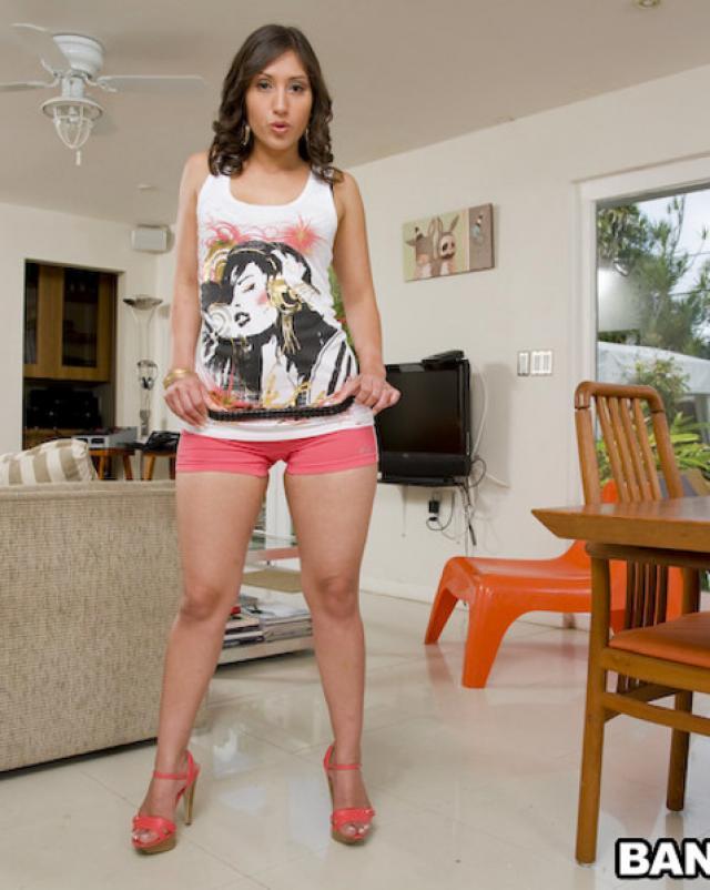 Девушка в стильных трусах наслаждается трахом большим членом