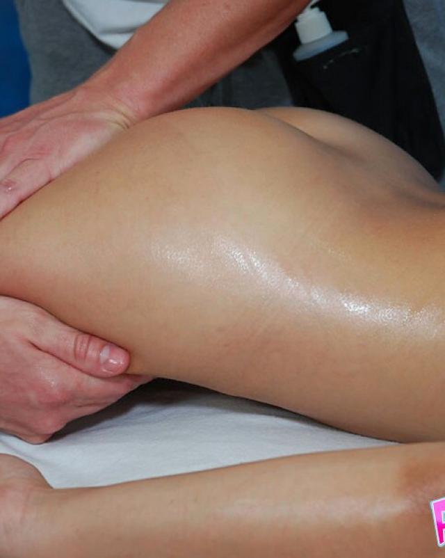 Молодая девушка пришла на секс во время массажа