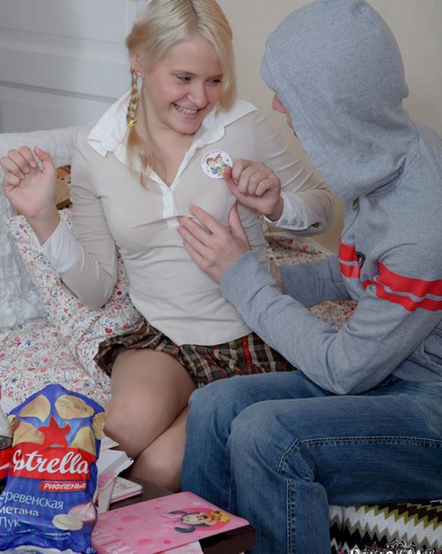 Блондинка с косичками любит секс в попу
