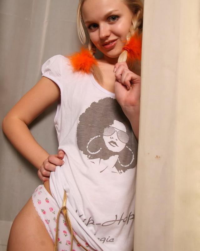 Русская сучка с косичками игриво снимает с себя трусики