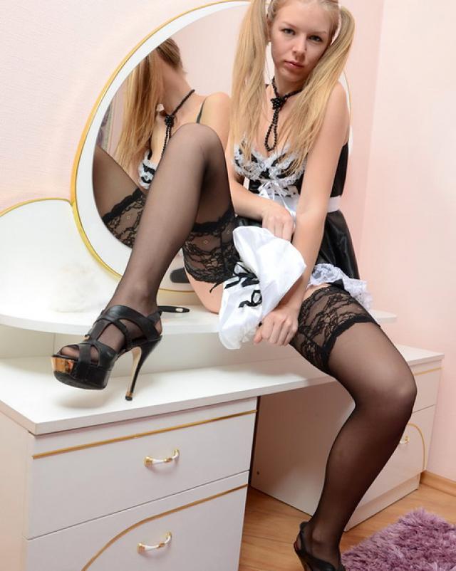 Французская девица с косичками снимает трусики