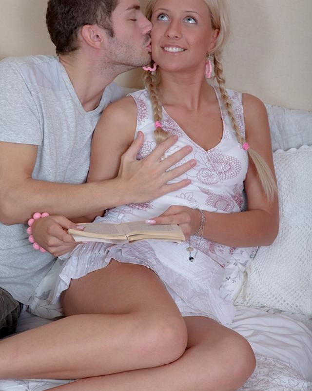 Девица с косичками кайфует от секса со знакомым