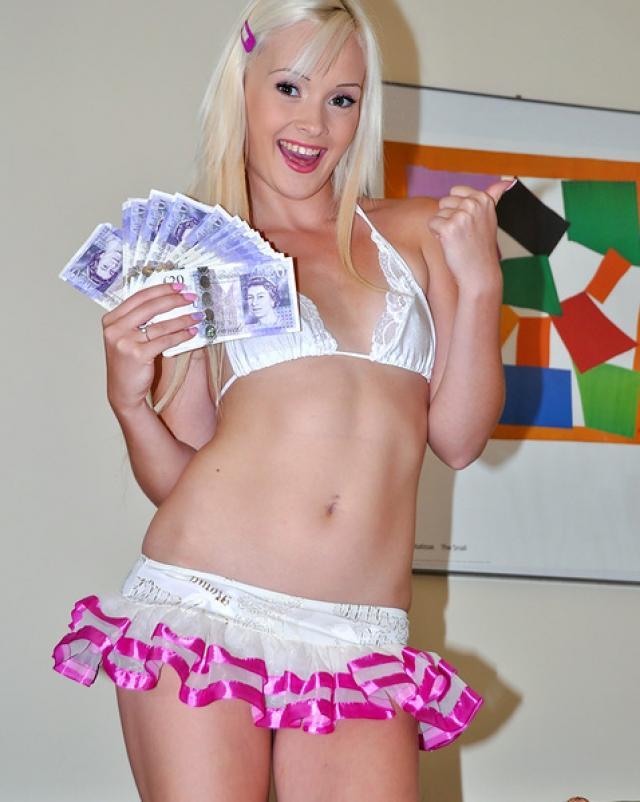 Блондинистая милашка добивается денег обслуживая член отца