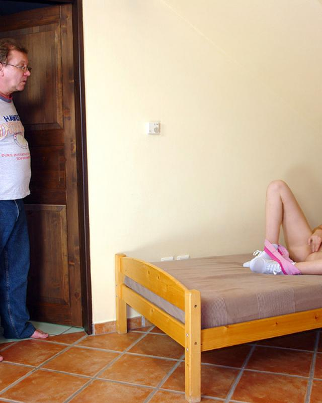 Юная шалунья в носочках спалилась брату за просмотром порно журнала