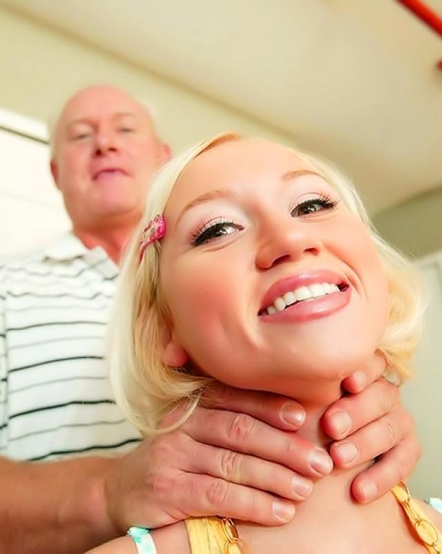 Внучка с сексуальной грудью трахалась верхом на богатом деде