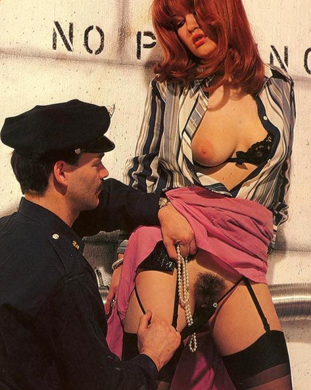 Полицейский хорошенько отодрал рыжеволосую