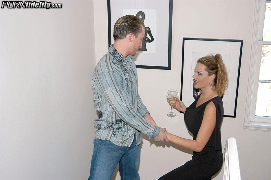 Озабоченный черт поимел собственную горничную на пару с женой