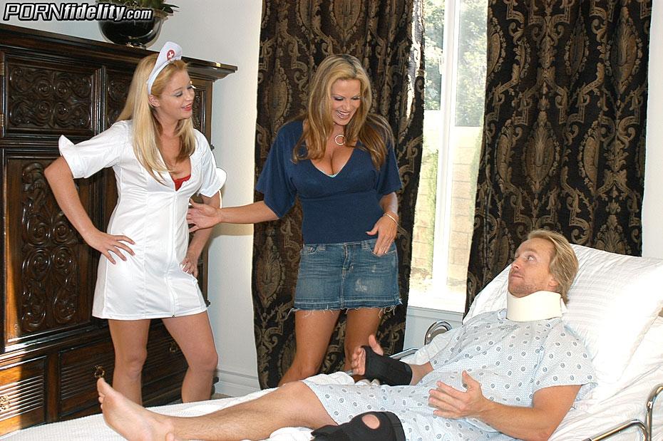 Девчонка в униформе медсестры поделила парня с мамкой