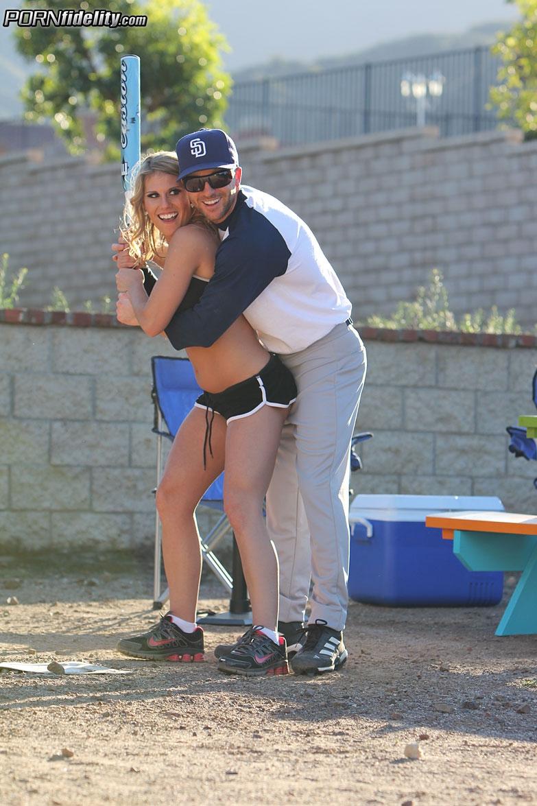 Смачная бейсболистка жарилась сзади в спортивной униформе