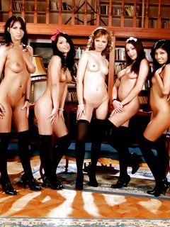Молодые красавицы в униформе показали свои киски