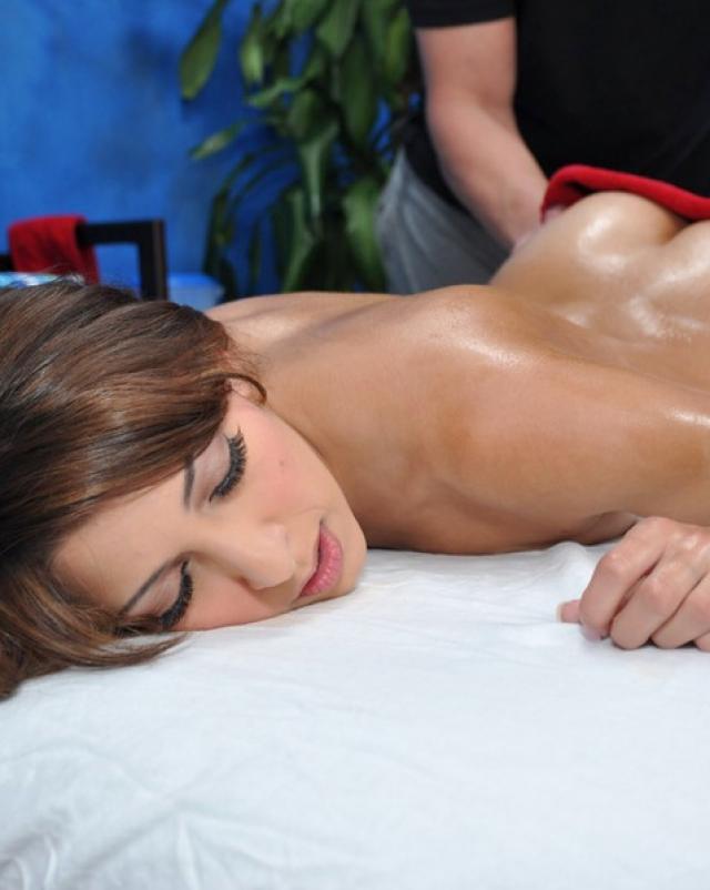 Шатенка соблазнила опытного массажиста