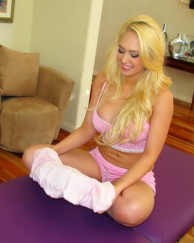 Шикарная девушка блондинка с большими сиськами участвует в порно массаже