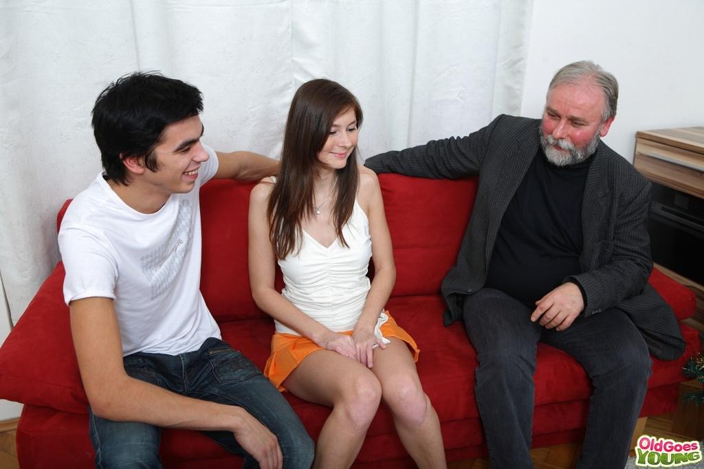 Старик трахает молодую девушку на глазах ее парня