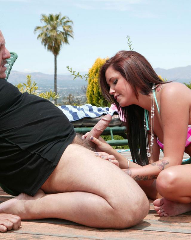 Мужчина за 60 облил спермой молодую телку