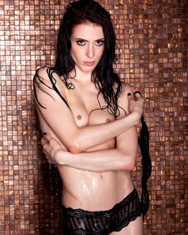 Шаловливая брюнетка под душем