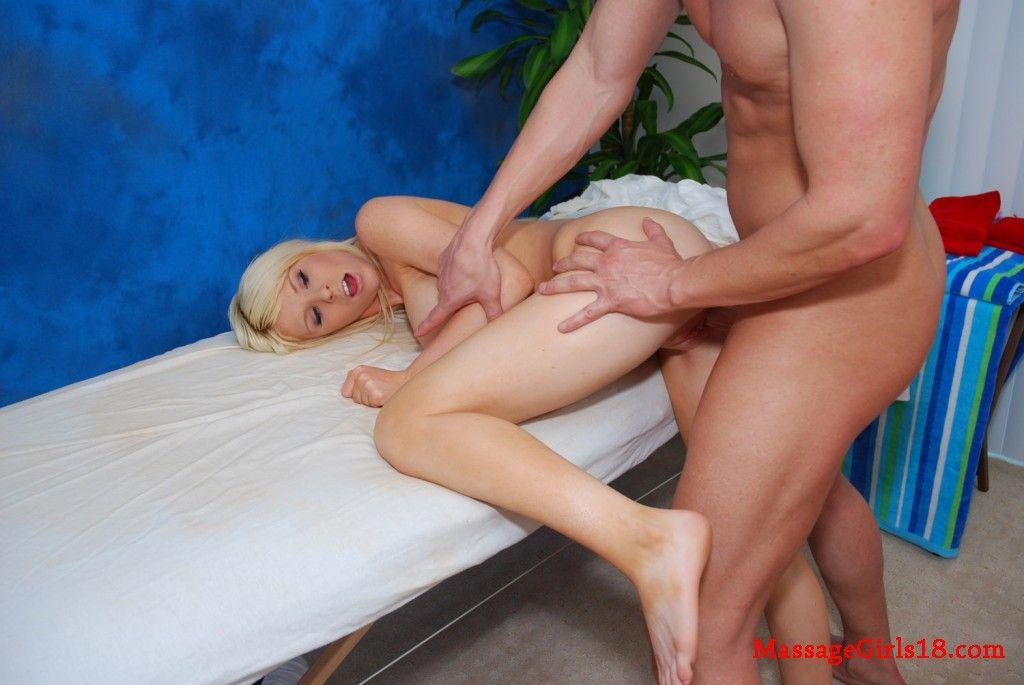 Сексуальная блондинка с красивой грудью ебется в киску на массаже