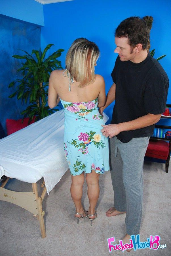 Улыбчивая девушка посетила эротический массаж для релакса