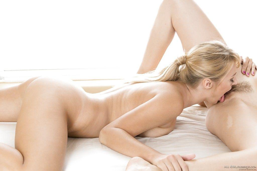 Лесбийская блондинка из спа салона возбудила бабу на секс