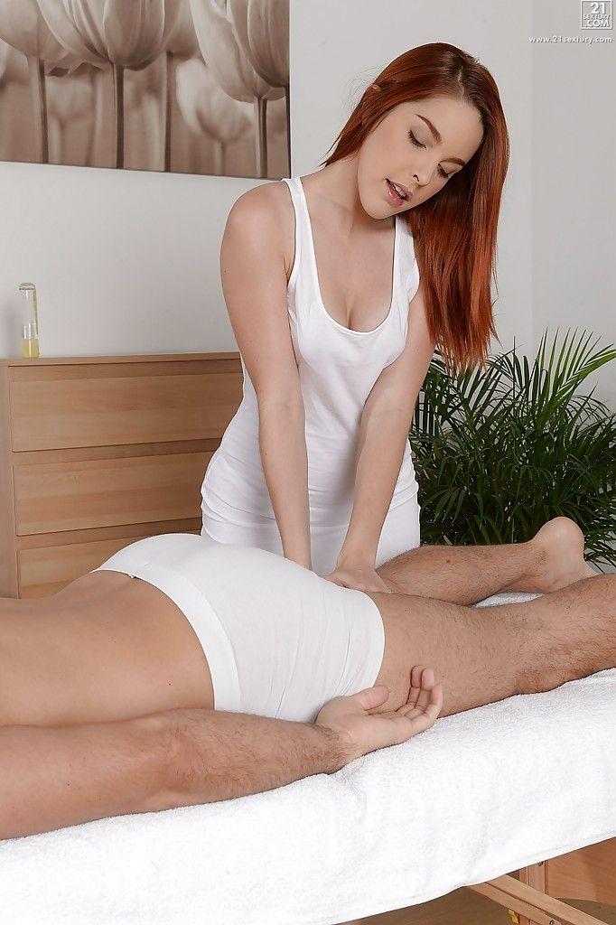 Рыжая сучка из массажного салона дала мужчине во время сеанса