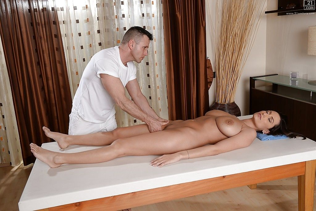 Sole massage turns into deep fuck