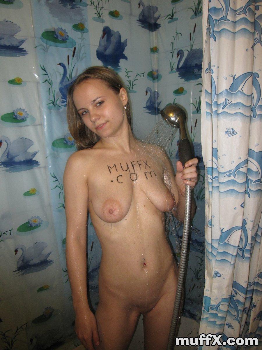 Русская баба делает себе домашний массаж в душе