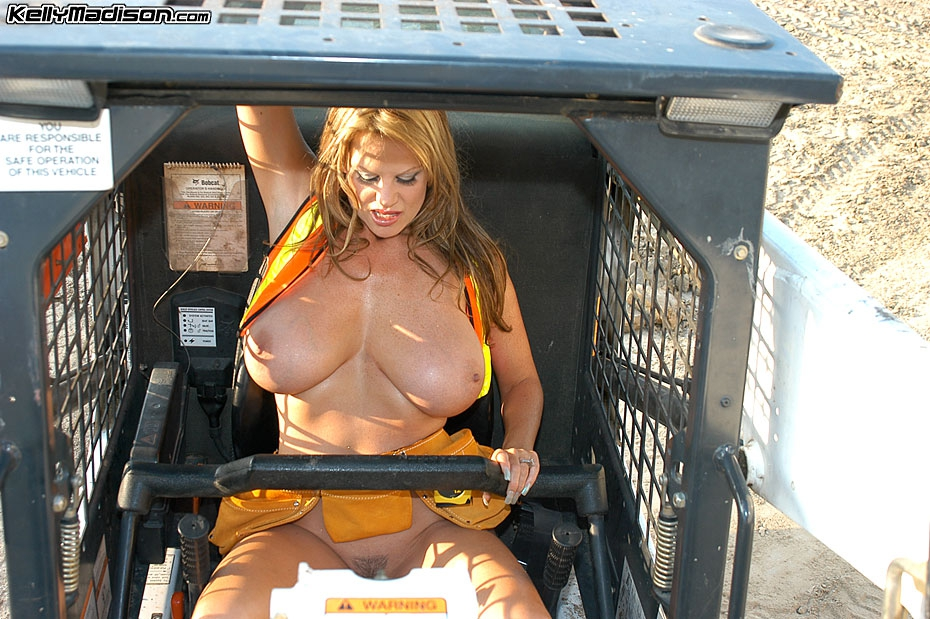 Мамочка грубо мастурбирует в строительной униформе