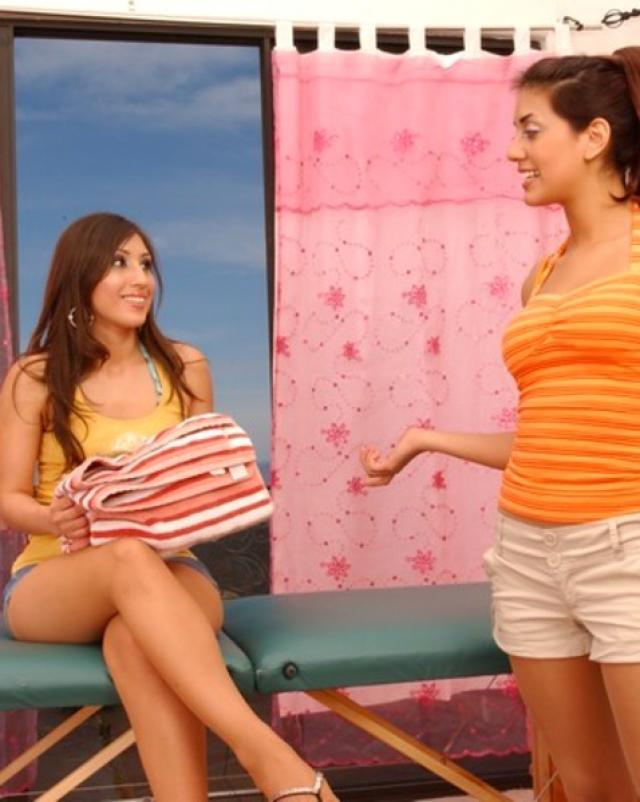 Лесбийская массажистка играет с мокрой киской клиентки