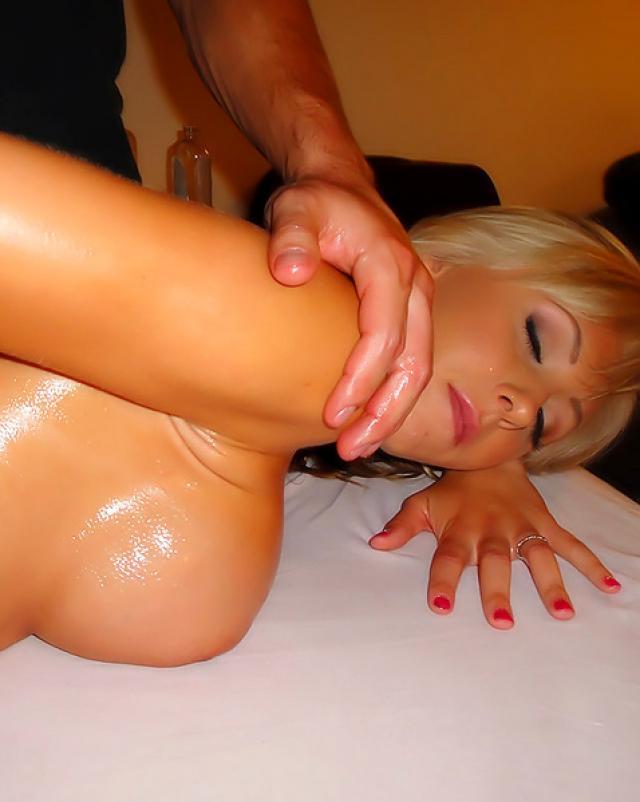 Массажист разводит блондинку в масле на минет и анальный секс