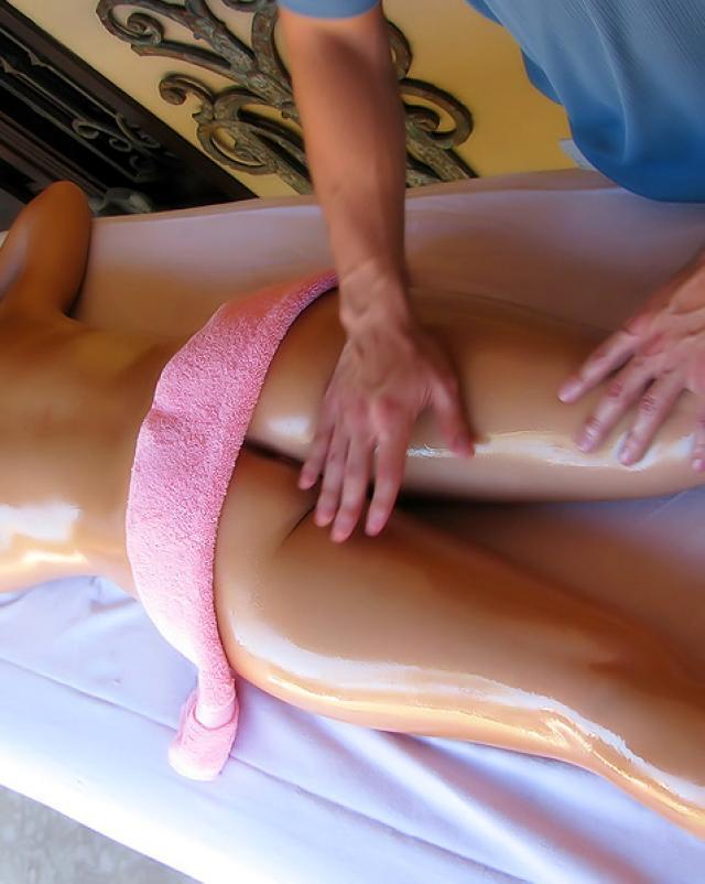 Парень трахает голую клиентку на сеансе массажа