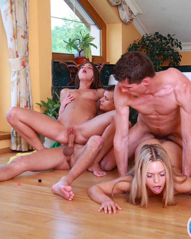 Девушки играют на раздевание