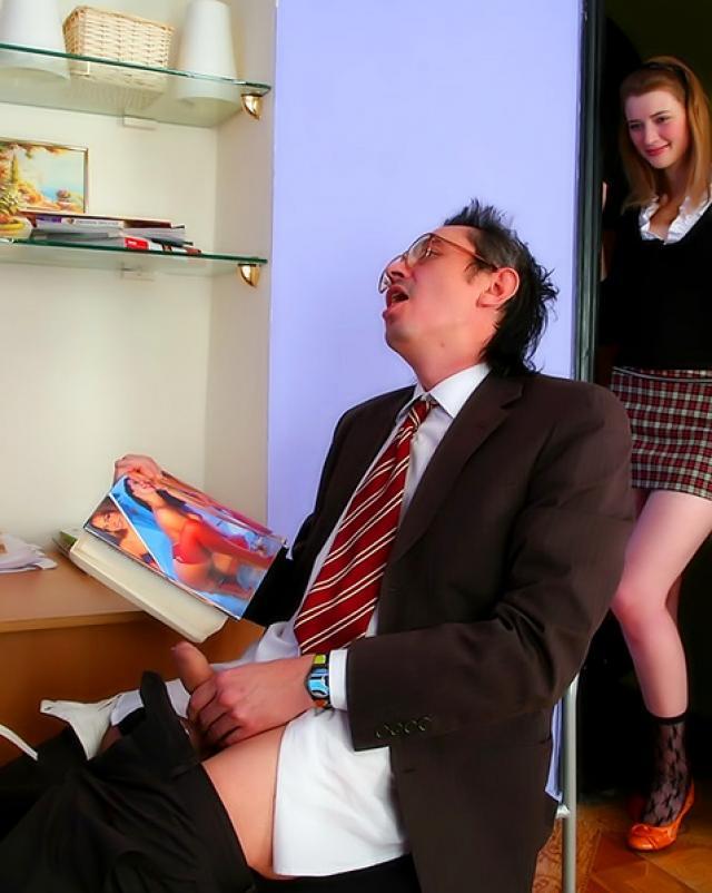 Застала учителя за дрочкой и помогла своей мокрой пиздой ему