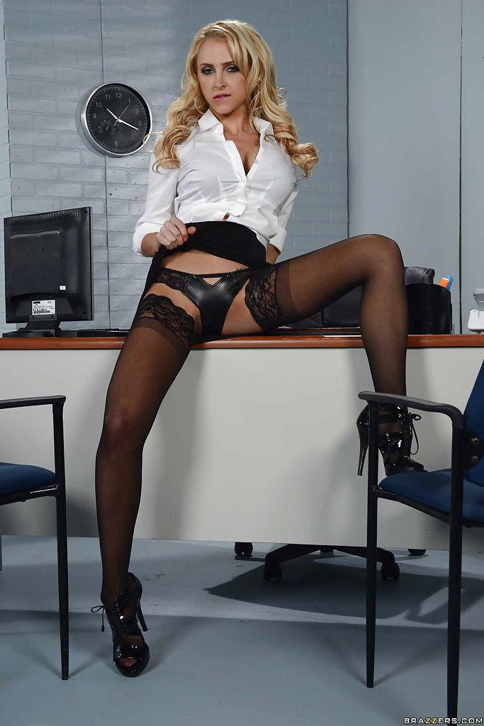 Пышная секретарша сняла строгую форму на рабочем месте