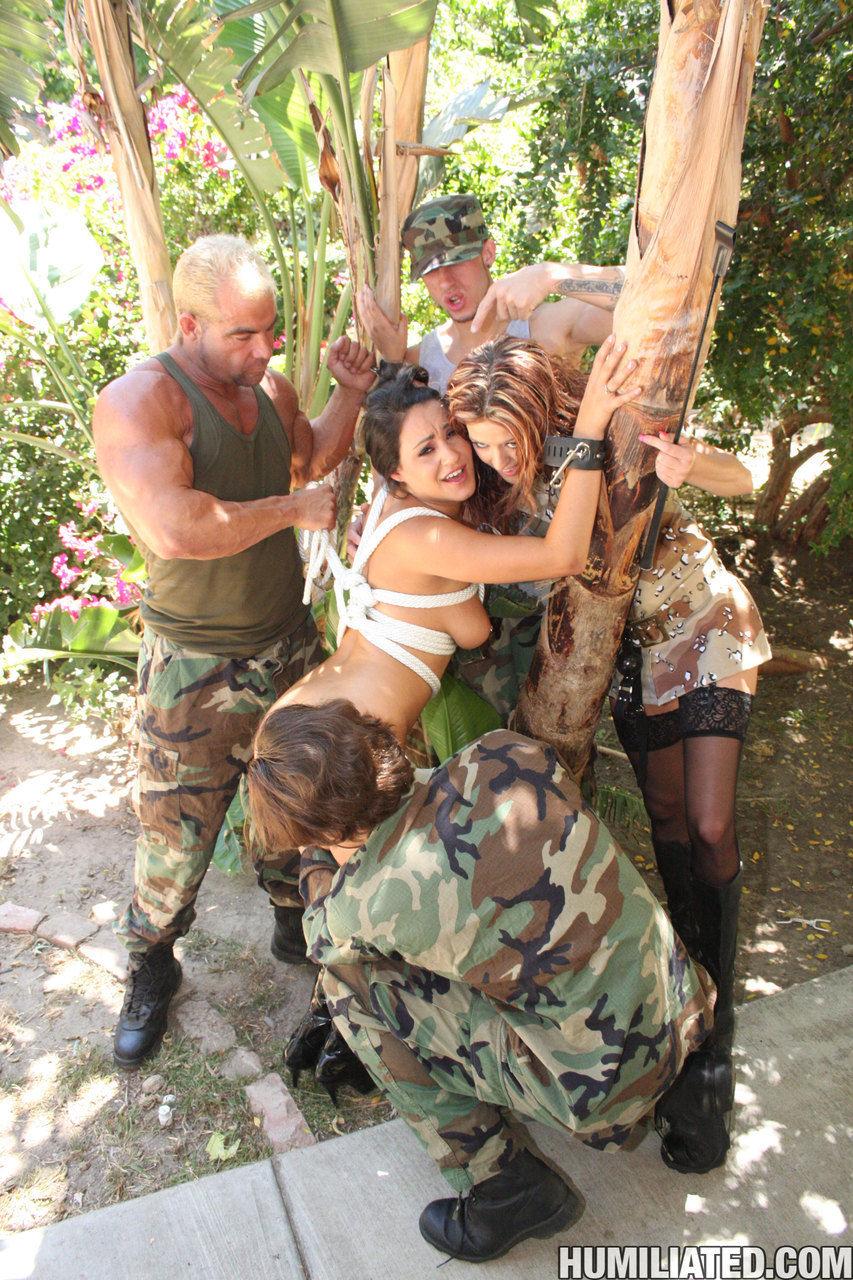 Латинки в военной униформе ебутся с толпой солдат