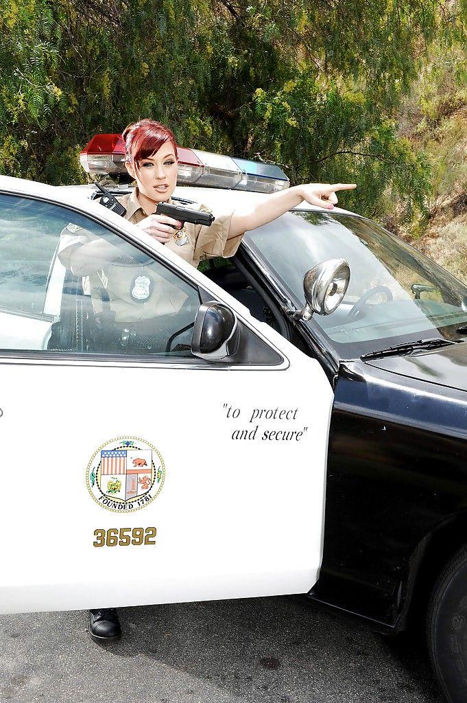 Порнозвезда в униформе шерифа сосет хуй негра
