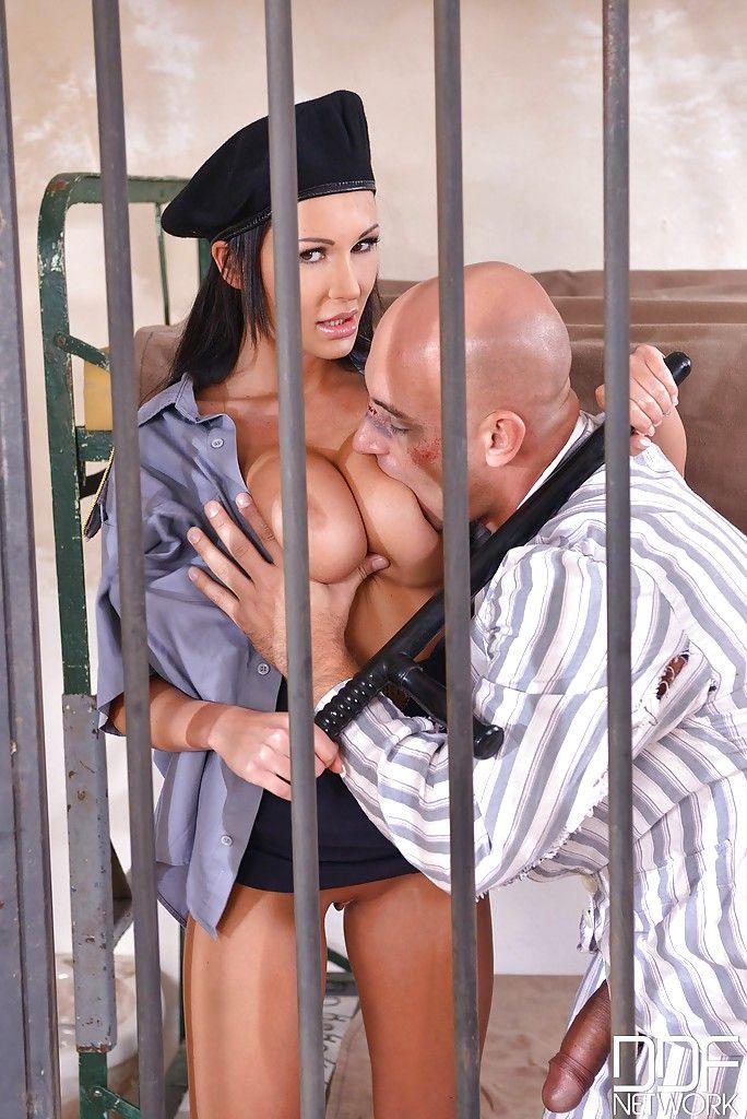 Зек трахает пышную охранницу во влагалище через решетку