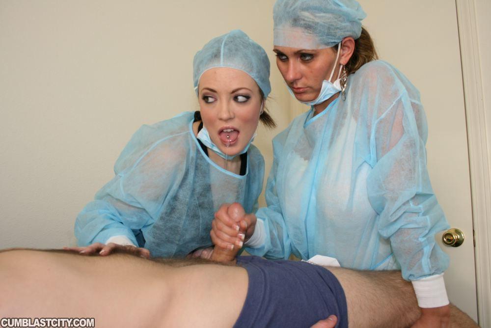 Похотливые медсестры дрочат член пациента до семяизвержения