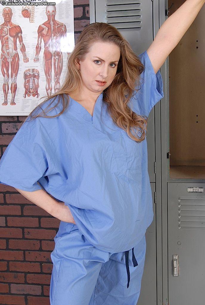 Мамочка из хирургии показывает письку крупным планом