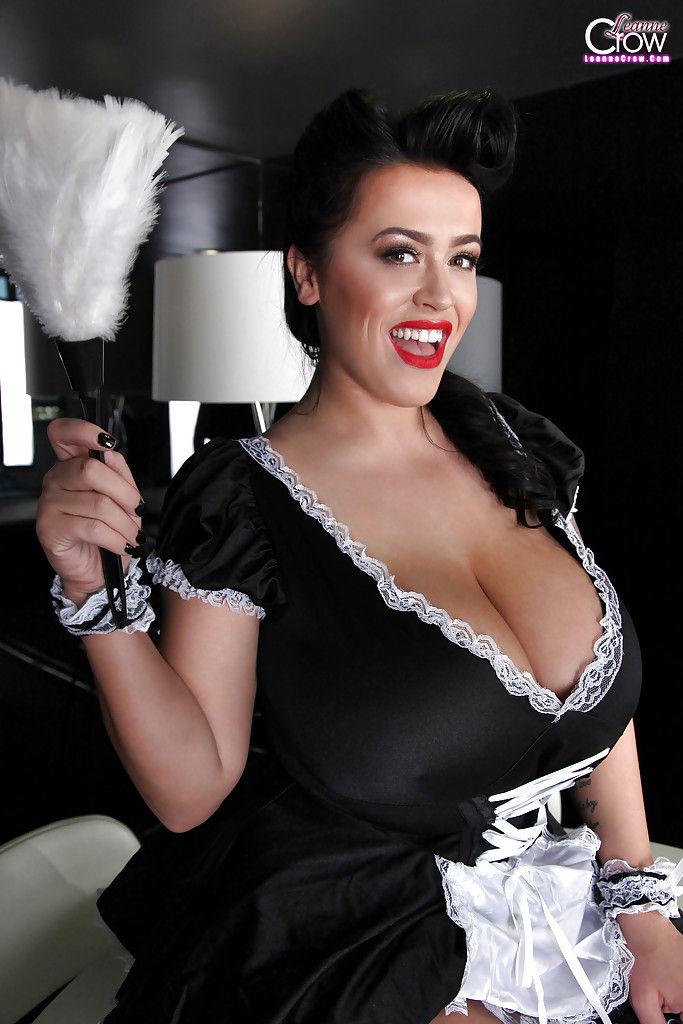 Женщина с большими грудями демонстрирует тело в униформе горничной