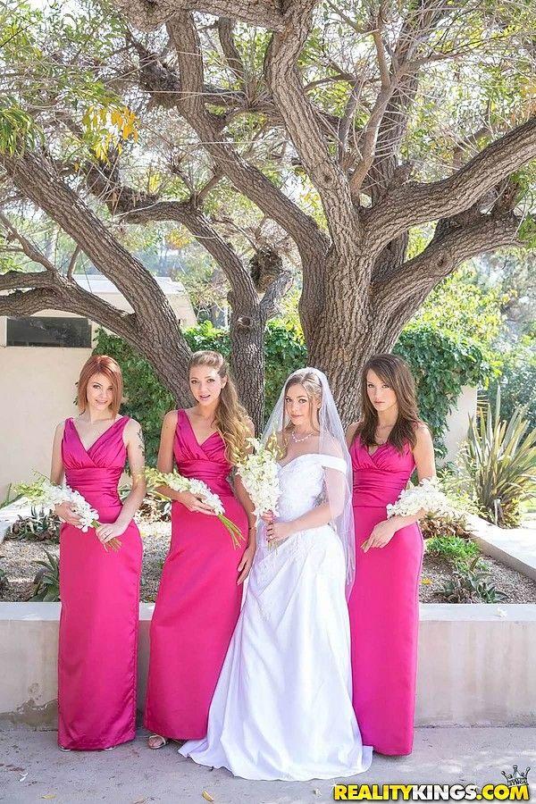 Невестка согласилась на лесбийскую групповуху вместо девичника