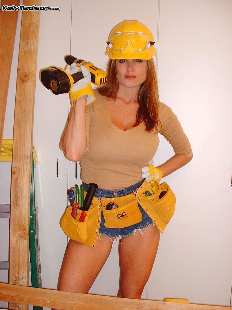 Зрелая баба в униформе строителя трахается на объекте