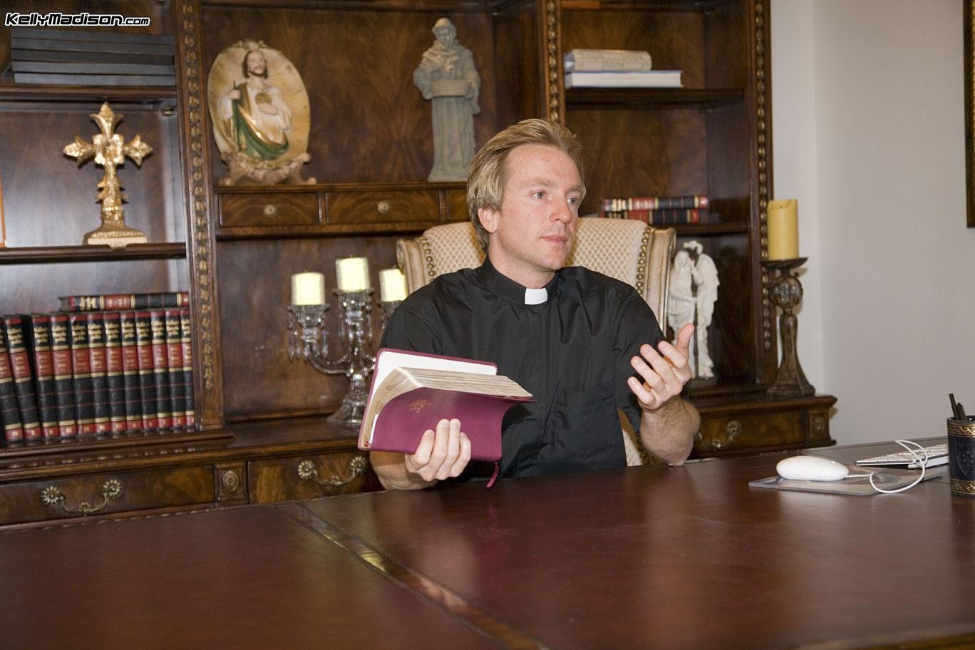 Зрелая монашка трахается с молодым священником