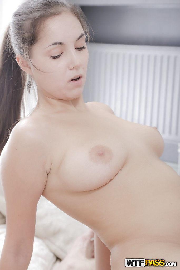 Чувак жарит вагину красотки в позе догги стайл и спускает на лицо сперму