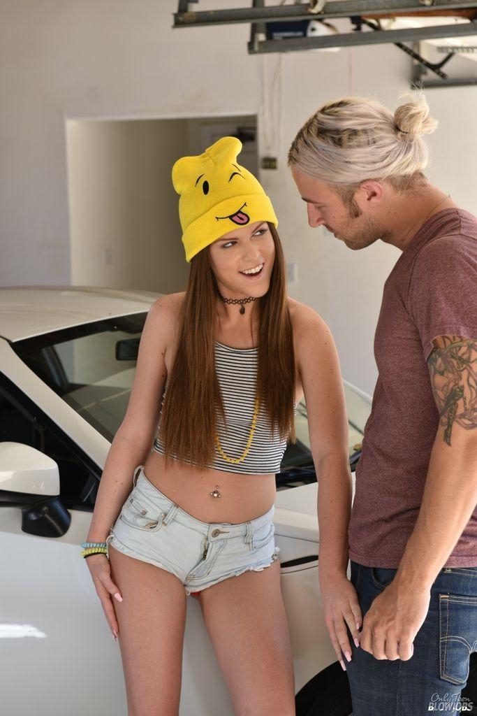 Водитель кончает на лицо молоденькой дамы после минет